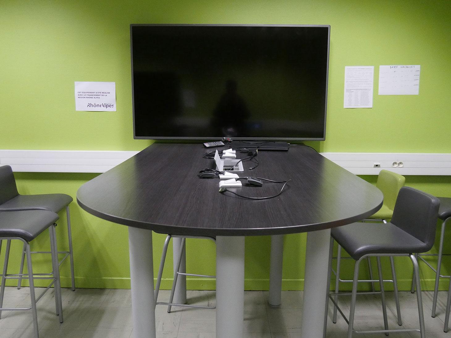 Espace collaboratif équipé d'un écran partagé et connecté